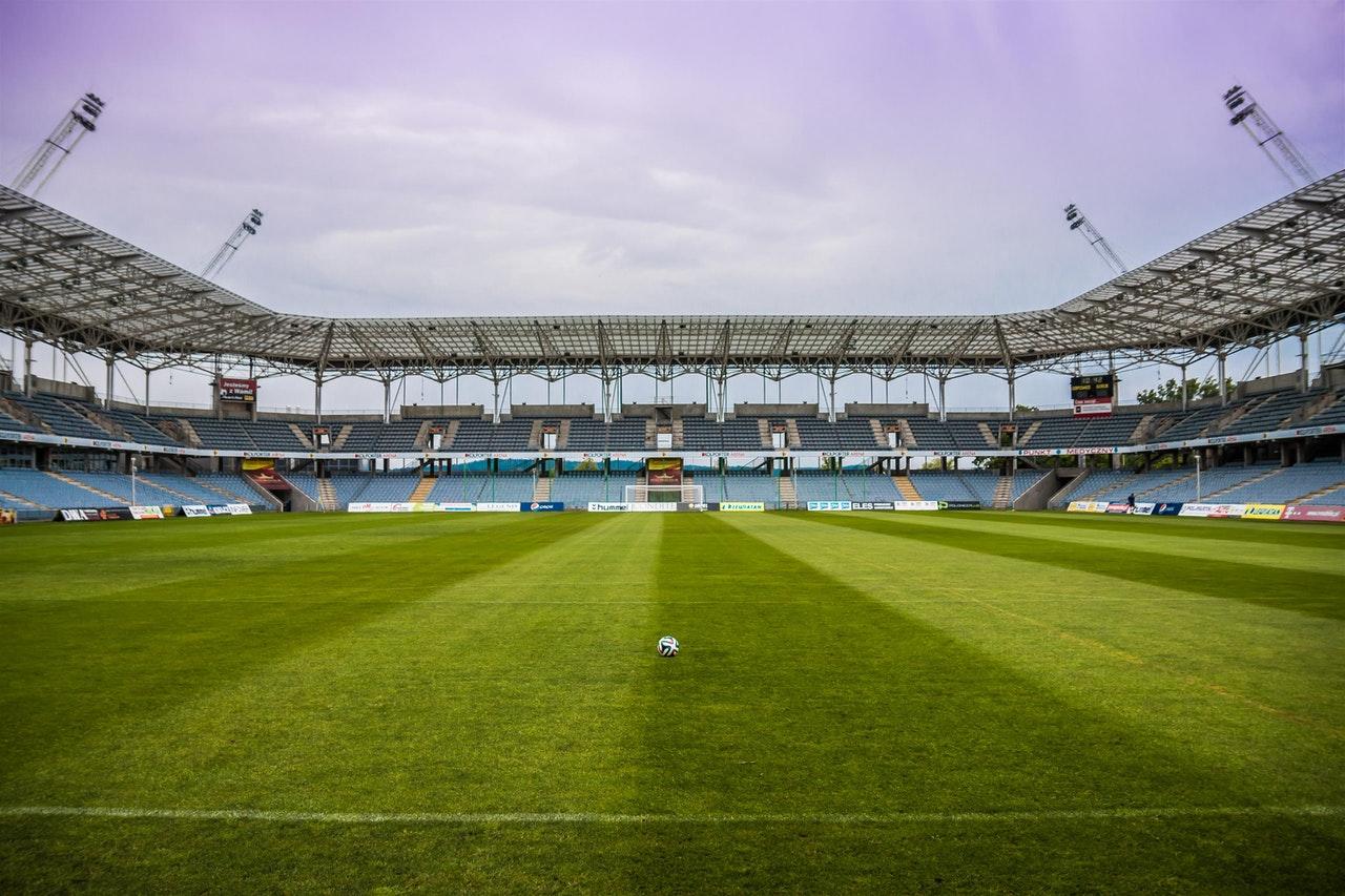 Waarom hebben voetbalvelden strepen in het gras?